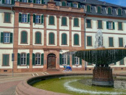 Darmstadt- leśne pieczarki, najbrzydszy dom towarowy świata i dom bez kantów
