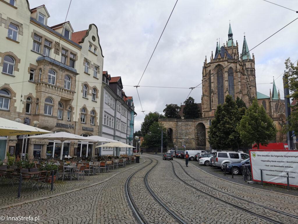 Plac z widokiem na katedrę
